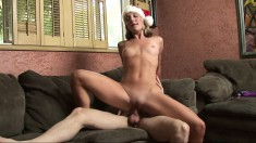 Fit piece of ass gives her man an early christmas present on the couch