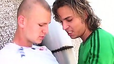 Two horny gay friends go to the top of the building to satisfy their fantasies